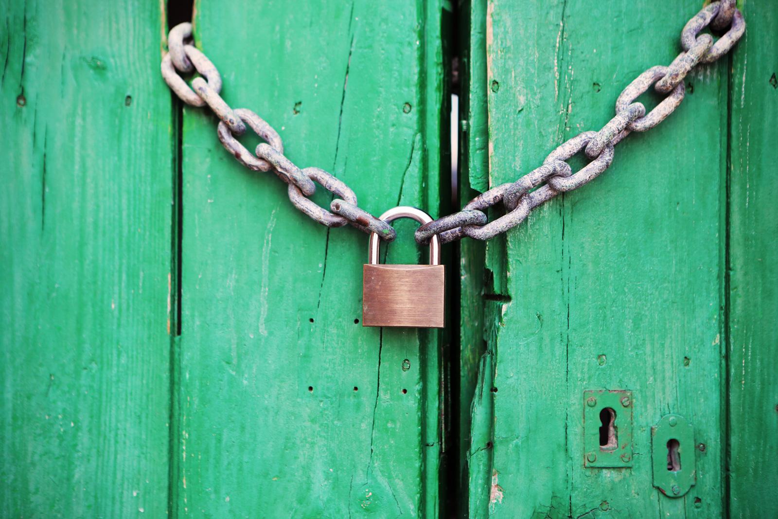 チェーン 鎖 鍵 キー アンロック 侵入 漏洩 データ 流出 サイバー攻撃